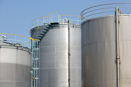 cilindro de gas: Storage tanks in a chemical plant