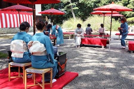 etiquette voyage: KAGAWA, JAPON-20 septembre 2015: femme japonaise dans un kimono traditionnel prépare la cérémonie du thé au jardin du Temple Hagiwara le 20 Septembre, 2015 Kagawa au Japon.