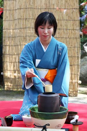 etiquette voyage: KAGAWA, JAPON-23 septembre 2015: femme japonaise dans un kimono traditionnel prépare la cérémonie du thé au jardin du Temple Hagiwara le 23 Septembre, 2015 Kagawa Japon.