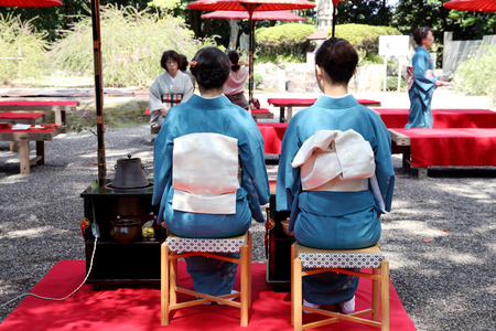 etiquette voyage: KAGAWA, JAPON-20 septembre 2015: les femmes japonaises en kimono traditionnel prépare la cérémonie du thé au jardin du Temple Hagiwara le 20 Septembre, 2015 Kagawa au Japon.