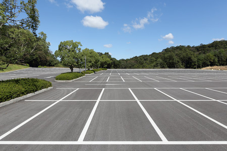 superficie: Estacionamiento vacante, al aire libre estacionamiento carril en parque público Foto de archivo