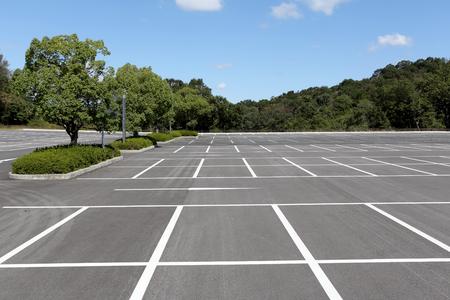 Estacionamiento vacío coche con marca blanca Foto de archivo