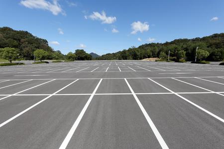 Lege auto parkeerplaats met witte vlek