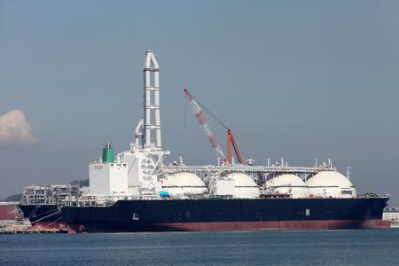 ポートにドッキング LNG 貨物船 写真素材