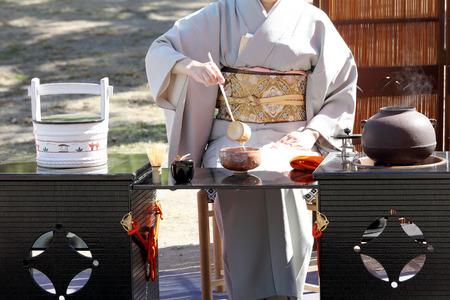 etiquette voyage: KAGAWA, JAPON-25 octobre 2015: femme japonaise dans un kimono traditionnel prépare la cérémonie du thé au jardin du Marugame-château le 25 Octobre, 2015 Kagawa Japon.