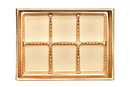 envases de plástico: caja vacía de los dulces de color oro sobre fondo blanco