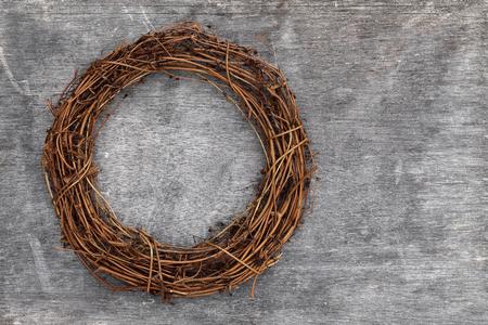 corona dell'albero di Natale sulla priorità bassa di legno del grunge