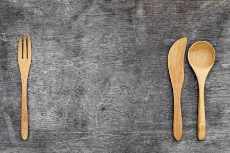 cuchillo de cocina: wooden spoon and fork, knife on grunge wood background