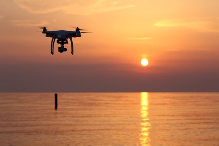 Kagawa, JAPAN-31 mei 2016: Op afstand bedienbare drone Dji Phantom 3 uitgerust met een hoge resolutie video camera vliegen boven de zee tegen een zonsondergang hemel. Redactioneel