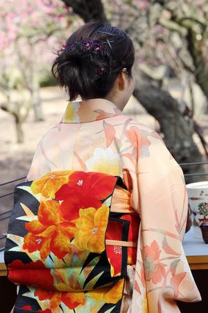 etiquette voyage: cérémonie du thé vert japonais dans le jardin, fermer