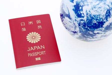 Japanse paspoort en aardebol op witte achtergrond Stockfoto
