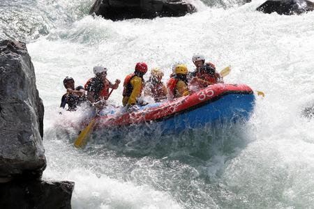 KOBOKE, TOKUSIMA, JAPAN - 6. AUGUST 2018: Wildwasser-rafting auf den Stromschnellen des Flusses Yosino am 6. August 2018 im Koboke Canyon, Japan. Der Yosino River ist einer der beliebtesten Rafter in Japan.