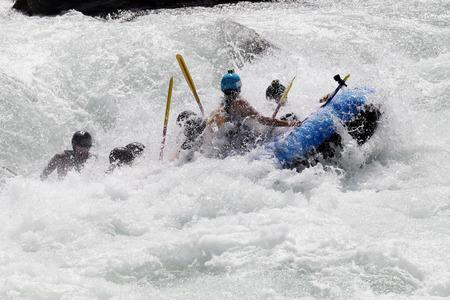 Rafting sur les rapides de la rivière Yosino au Japon