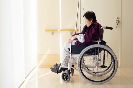 Elderly woman patient on wheelchair Imagens