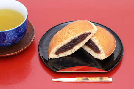 Dorayaki, Japanese confectionery on wooden tray Reklamní fotografie