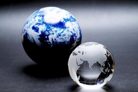 sfera di vetro globo su sfondo nero, foto astratta con vetro e riflessione. Archivio Fotografico