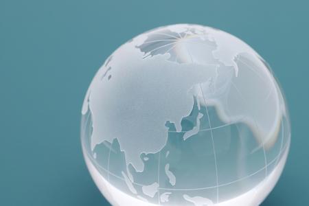 sfera di vetro globo su sfondo nero, foto astratta con vetro e riflessione.