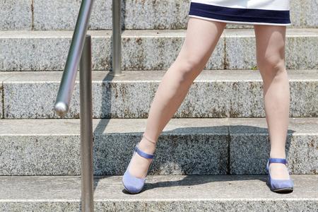 stylische junge Frau, die auf der Steintreppe steht Standard-Bild
