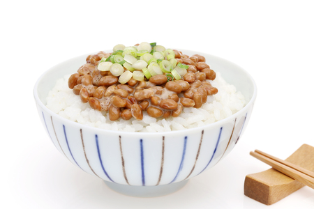 Japanes food, cooked white rice with natto Stockfoto