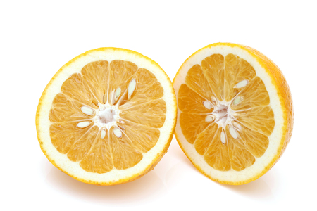 Reife Hälfte der japanischen Orange Zitrusfrüchte isoliert auf weißem Hintergrund