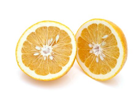 Rijpe helft van Japanse oranje citrusvruchten geïsoleerd op een witte achtergrond