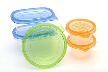 Pila di contenitori di plastica per alimenti