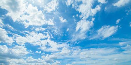天気の良い日の青い空と雲のパノラマ写真