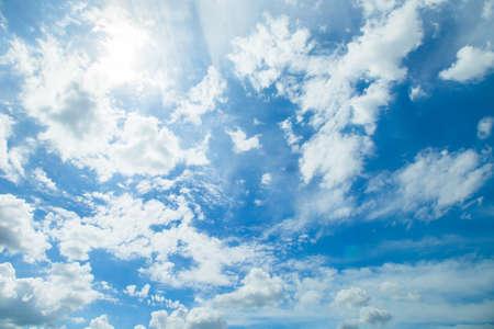 Panorama tiro de céu azul e nuvens em bons dias de tempo