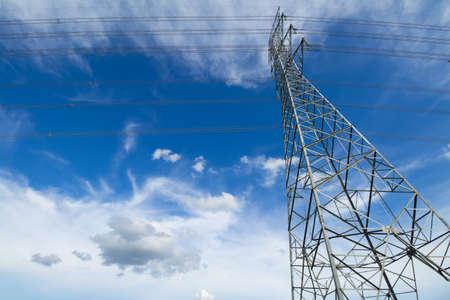 Starke Stromleitungen gegen den blauen Himmel