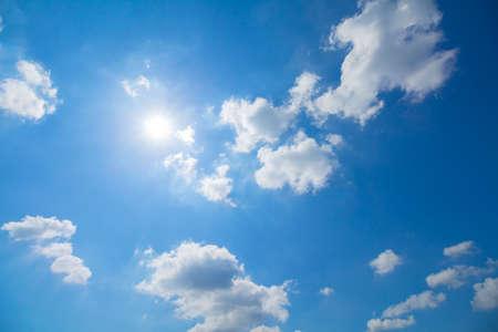 estado del tiempo: Panorama foto de cielo azul y las nubes en los buenos d�as de tiempo