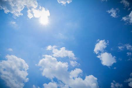 Panorama schot van de blauwe lucht en de wolken bij goed weer dagen