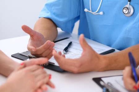 medico y paciente: M�dico y el paciente est�n discutiendo algo