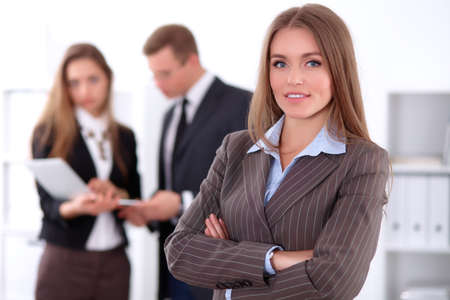 concept d'entreprise réussie de visage de la belle humeur souriante femme d'affaires sur le fond des gens d'affaires