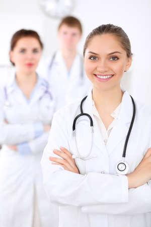Feliz médico mujer con el personal médico en el hospital Foto de archivo - 78627979