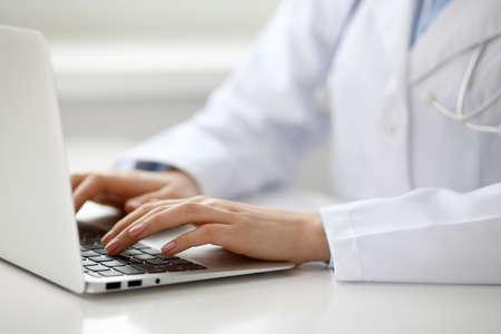 Mujer médico escribiendo en la computadora portátil, de cerca. Foto de archivo - 79175147