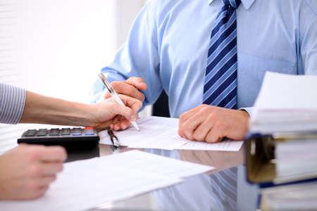 Boekhouders of financiële inspecteur maken verslag, berekenen of controleren saldo. Audit concept.