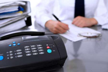 Close up of Faxgerät in der Nähe von Business-Frau, die Bericht, Berechnung oder Überprüfung der Balance. Standard-Bild