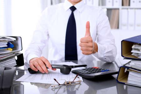Close-up van zakenvrouw met ok teken tijdens het maken van rapport, het berekenen of controleren van evenwicht. Stockfoto - 80228485