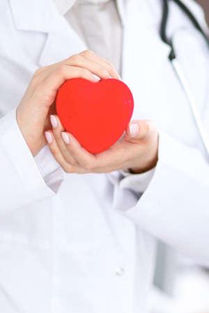 心を持って聴診器で女性の医者。 写真素材