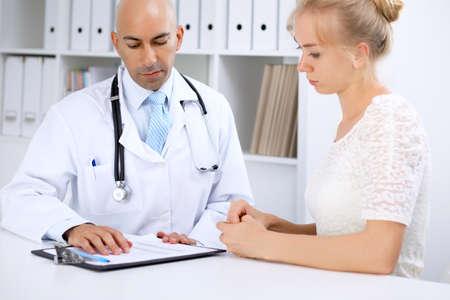 Confidente, calvo, doctor, hombre, consulta, ella, hembra, paciente Foto de archivo - 80252871