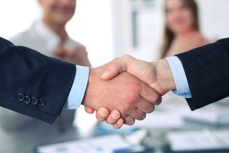 Bedrijfs handdruk bij vergadering of onderhandeling in het kantoor. Partners zijn tevreden over het ondertekenen van contract of financiële documenten. Stockfoto - 80403493