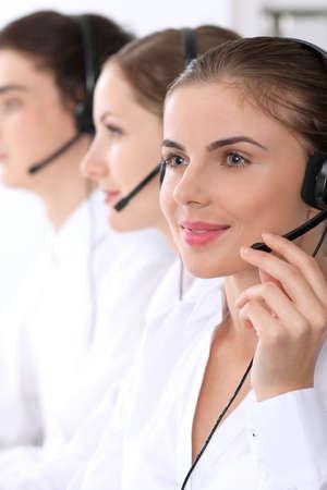 Callcenter. Focus op mooie vrouw in de headset