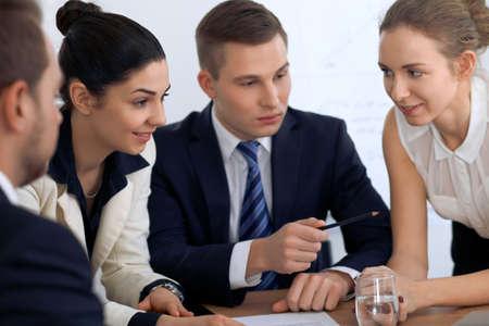 Geschäftsleute oder Anwälte bei der Sitzung im Büro.
