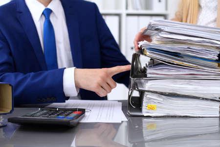 Comptable ou inspecteur des finances et secrétaire rédiger un rapport, calculer ou vérifier le solde. Inspecteur Internal Revenue Service vérifiant le document financier. Concept d'audit.
