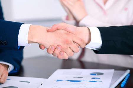 Zakenmensen handschudden afmaken van een vergadering.