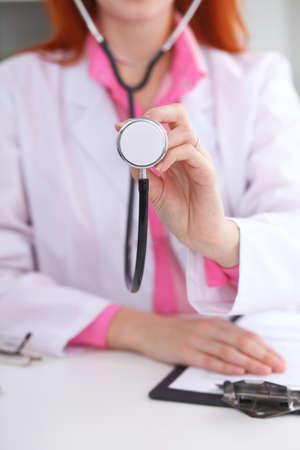 examenes de laboratorio: Doctor con un estetoscopio en las manos