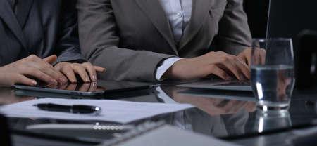 Grupo de empresarios o abogados en reunión. Cerca de una mano humana en el trabajo. Iluminación de bajo nivel. Foto de archivo - 86385264