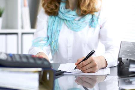 Weiblicher Buchhalter oder Finanzinspektor, der Bericht erstellt, Balance berechnet oder überprüft. Internal Revenue Service prüft das Finanzdokument. Audit-Konzept