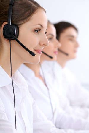 Callcenter. Focus op mooie vrouw in de headset.