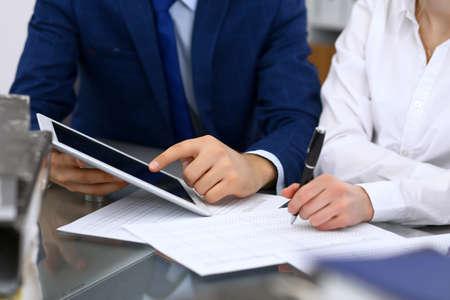 Équipe de comptables ou inspecteurs financiers faisant un rapport, calculant et vérifiant le solde. Document financier du service fiscal. Concept d'audit ou de réunion Banque d'images